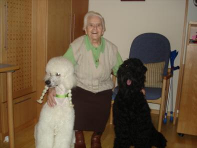 Eine glückliche Seniorin mit Talisha und Nika