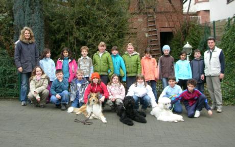 Projektwoche der Grundschule in Höchst Thema: Haustiere; Werner Thierolf mit Nika und Talisha